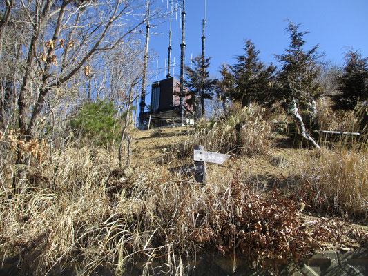 稜線への取り付きに辿り着く 消防などの緊急用アンテナ施設があった