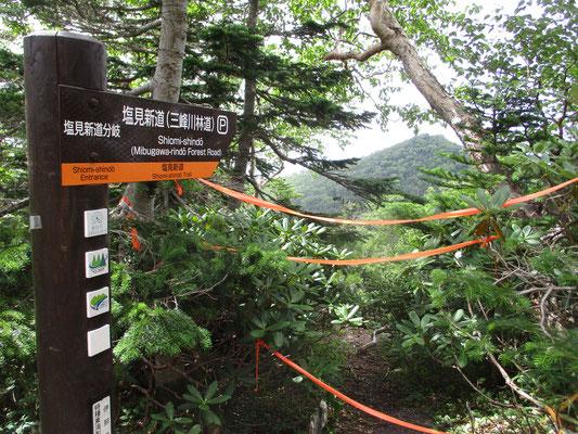 持っている古い「山と高原地図」ではこの道は実践扱いでした 2019年版では破線となっています 林道入口が閉鎖されており20km以上の林道歩きとなると記載