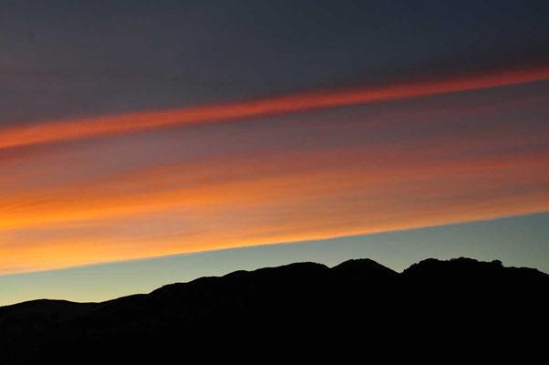 この日の夕焼け雲は一直線に西の果てから東の果てに続き息を呑むような光景でした 見たことのない不思議な現象、小屋の管理人さんも初めて見たと