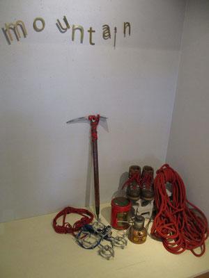 Garugasでのmauve山本 葵さんの展示のための一角 古い登山道具を上手にアレンジしてありました
