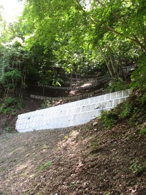 半原越からは法華峯林道をしばらく歩きます 途中には以前なかった堰堤が上の方にまで造られていました