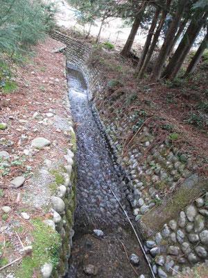 山麓に近づくと見事な石組みの水路に出会います