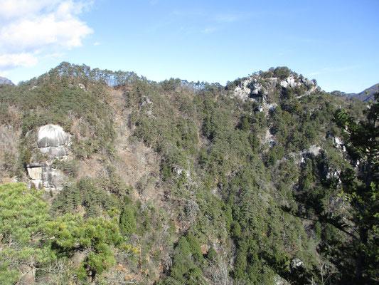 向こう側に先ほど居た弥三郎山が見える すごい奇岩もある