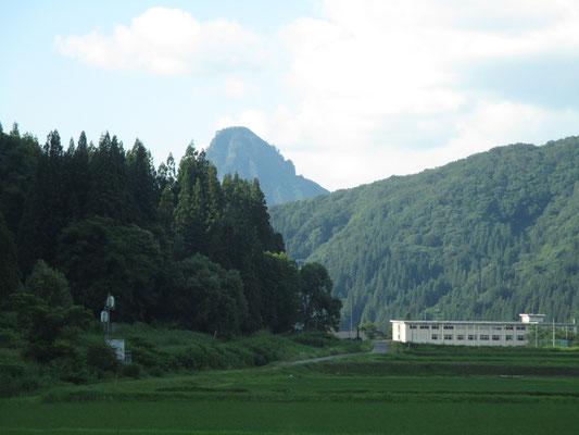 只見駅の裏から頭が見えた只見のマッターホルン=蒲生岳