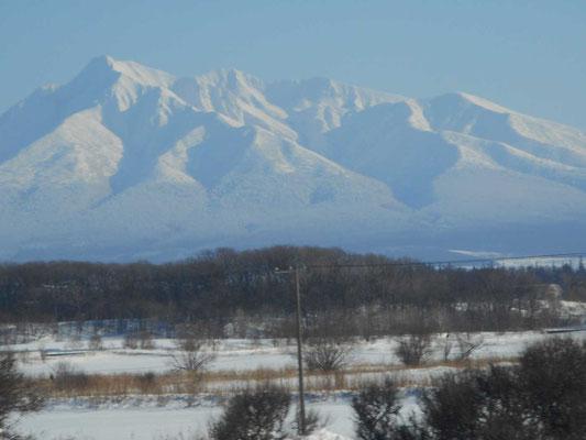 二日目の好天、網走から知床斜里に向かう釧網本線車中より望遠で斜里岳