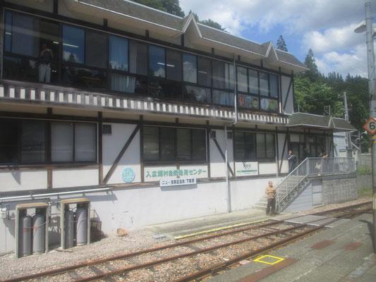 只見駅の手前、最後の人里の駅「大白川」 駅舎には何人かの人が出ていて、列車の出発に合わせて手を振ってくれました