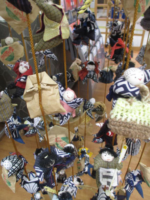 着いた古川駅にあった飾り雛 地方の駅構内には、何かしらその土地々々のものが展示してあり、それを探し見るのも楽しみの一つ