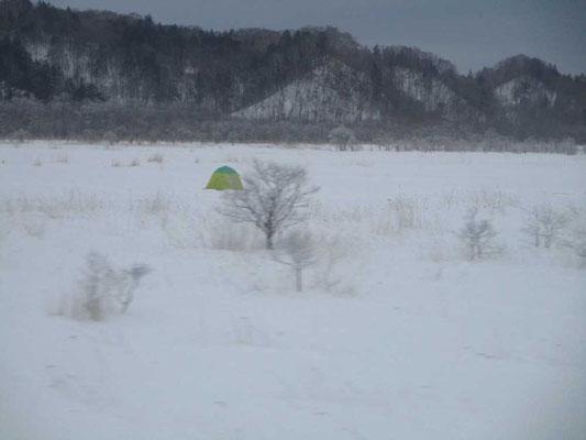 凍結した湖の上にテントが! これはワカサギや北海道で多く見られる氷下魚(こまい)釣りです