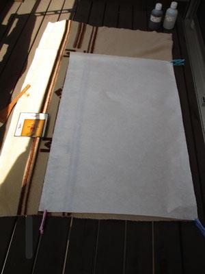 毛布の上に和紙を広げる