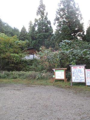 白神岳登山口の駐車場 なかなか広い ここにはトイレ併設の立派な登山者用の建物がある