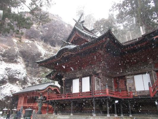思いがけない雪の降りすさぶなかでの本殿参拝 山を歩いているときより、この神社が一番寒かった