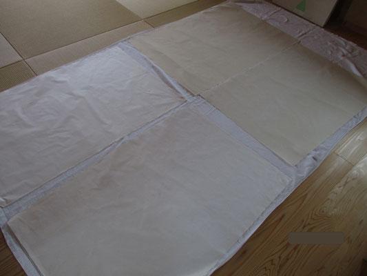 日差しがキツイので、乾燥はシーツの上に拡げて乾かす