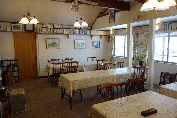改装され広々したロッジ山旅の食堂
