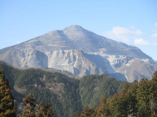 今日もクリアーに武甲山の痛々しい姿が見える