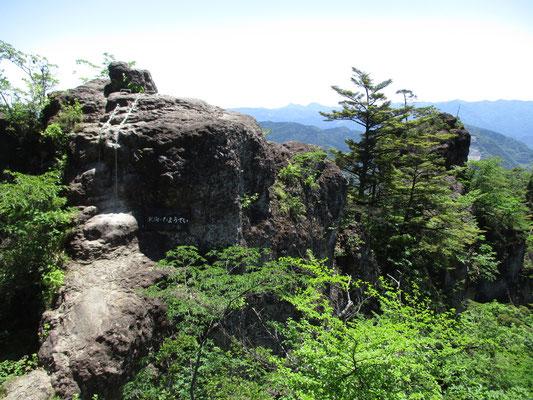 鎖場の登り降りより、両側の切れ落ちた細い岩場の通過が危険 無理をしないでも十分に展望を楽しめます