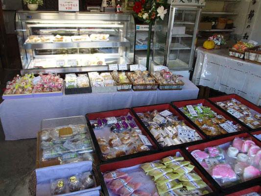 ショーケースには洋菓子、手前は和菓子の数々