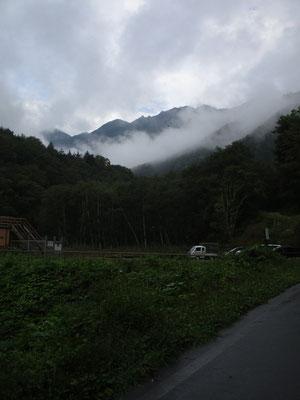 駐車場から登山口に向かう途中 雨の予報だったが、ガスが途切れ稜線が垣間見えた