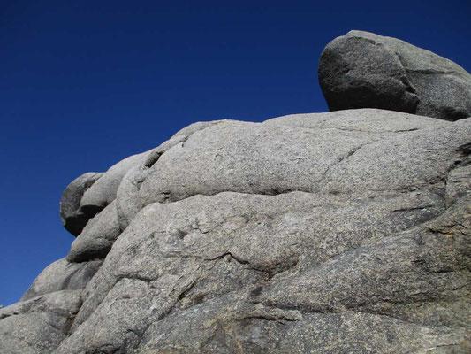 真っ青な空と巨大な大日岩の一部