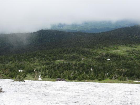 山頂から向こうの山人平を見下ろす 斜面にはまだべったりと残雪がある