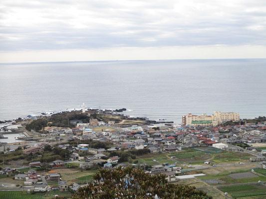 第一展望台から野島埼灯台や白浜の観光地を見下ろす