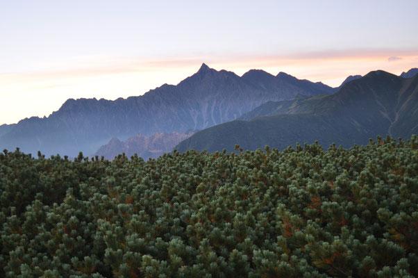 この朝だけクリアーに見えた槍ヶ岳と北鎌尾根のシルエット