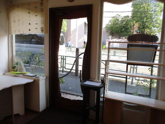 展示前のギャラリー室内から外を見る