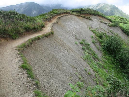 この辺り一体は砂状になる地質のよう 山が抜け落ちたようなこんな箇所もあり 風化が進み、登山道がいずれ無くなりそう