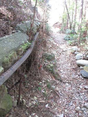 急登を越えるとすぐにこうしたケーブル跡に出会います