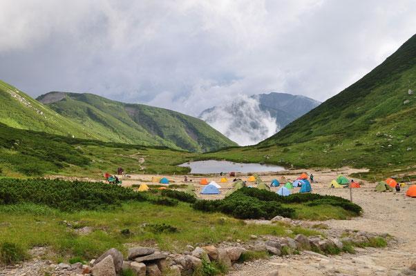 そこそこ賑わっているテント場 無事に到着 楽しい稜線散歩でありました