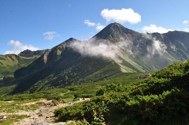 振り返り鷲羽岳に抱かれるような三俣山荘に分かれを告げる