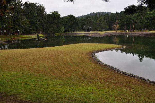 毛越寺は庭園が見どころ 庭園を一周できるようになっていて、この庭全体で極楽浄土を表しているとか