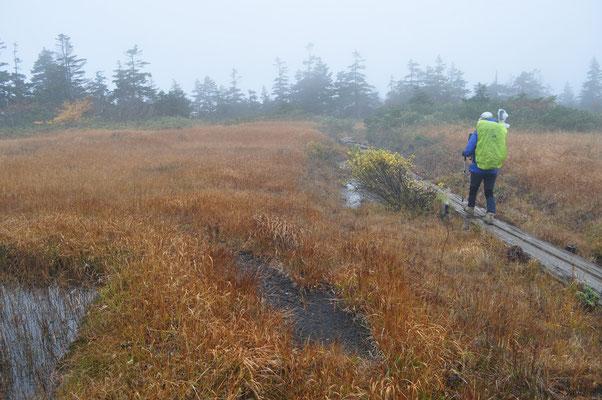 明けて翌朝 早朝はクリアーだった大気も一瞬にしてガスって霧の中の出発