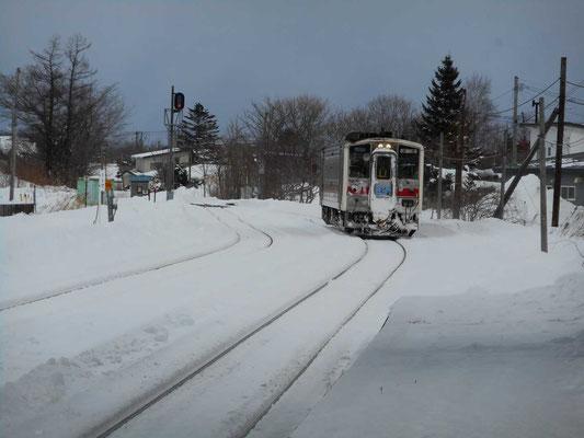 清里町駅にやってくる「快速しれとこ」 四日目、斜里岳麓の町を離れ釧路に向かう