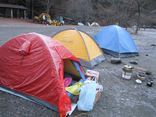 朝白く凍ったテント