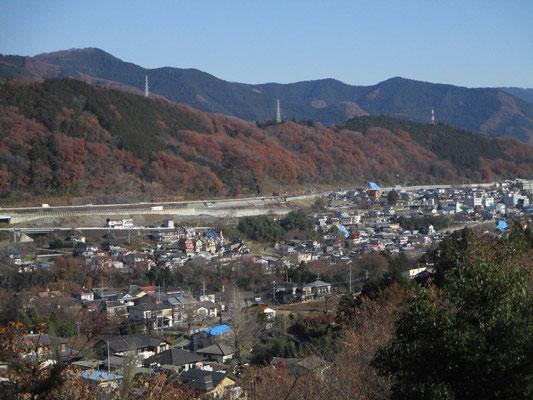 一本松山に向かいひと登りした所に蚕影(こかげ)神社の石祠がありますが、そこのベンチから振り返ると藤野駅方面が見下ろせます よく見るとあちこちにブルーシート箇所が点在しているのが分かります