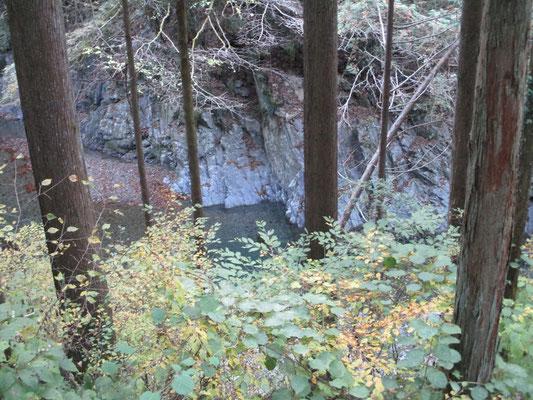 河原の岸壁は碧い岩が露呈している