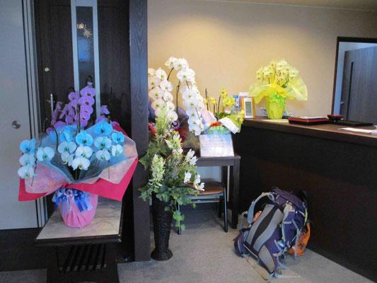 泊まった宿に飾られていたお祝いの花一部