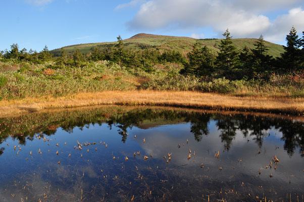 小屋の前にある池 到着した時にはまだ晴れていて先程まで居た乳頭山山頂部が見えました