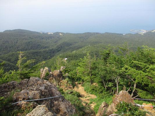 五合目からは岩場となり足下には太平洋の広がりを見ることができます