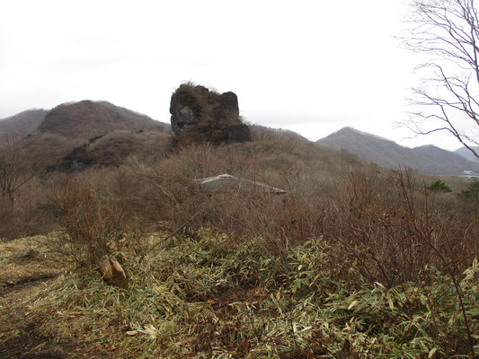 スルス峠とスルス岩 手前の屋根は東屋 帰りはここでお弁当とお茶にしました