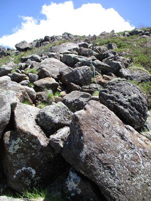 第一展望台、第二展望台を越して西天狗への最後の急登地点 見上げるような岩塊をよじ登っていきます