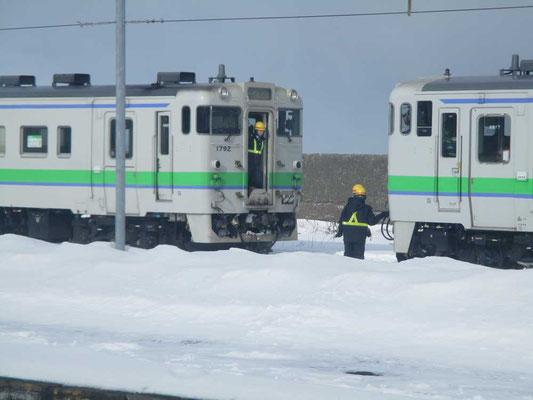 極寒のなか、森駅付近で作業をしています