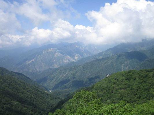 東側には足尾銅山の山並みが続きます 雲がかかりますが、松木渓谷には鉱毒被害の爪痕が今だ残る山肌の荒れた姿が見えます