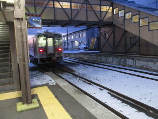 長い釧網本線はまだ先がある 終着の網走に向けゴーーーッと頑張りの音を上げながら去っていく