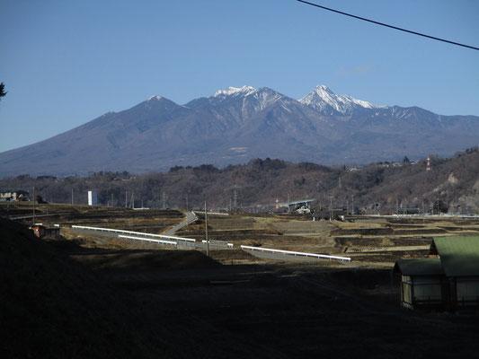 登山口の畑付近までくると、再び遮るものがない様子の八ヶ岳が見えます