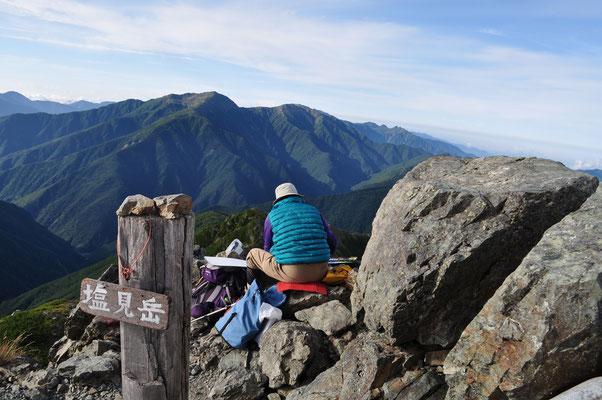 東峰山頂でスケッチ