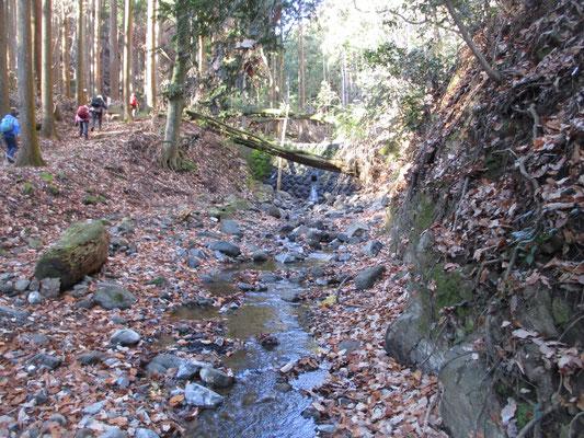 大沢登山口から華厳山へのコースは、まず石の小さな堰堤を乗り越え、その先の沢を渡渉します この日は冬でもかなり水量が多く、向こうの堰堤からはちょっとした小さな滝のように水が流れていました
