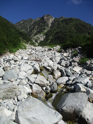 見上げれば白い石に埋め尽くされた沢が上に何処までも続く