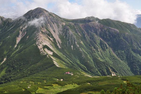 北アルプス最深部の三俣山荘、ターミナル的存在としての重要性がよくわかる構図