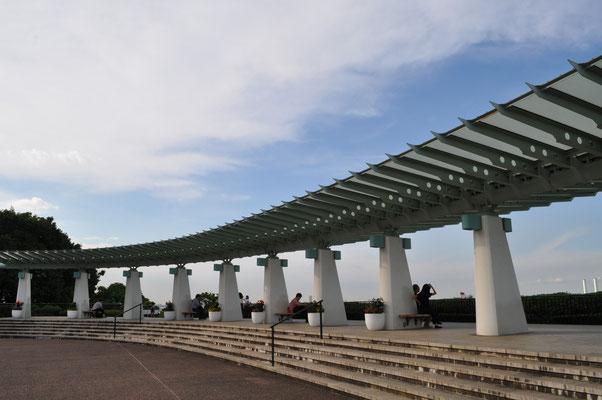 港の見える丘公園の展望テラス 昔は重苦しいコンクリの四角い屋根でしたがずいぶん素敵になりました